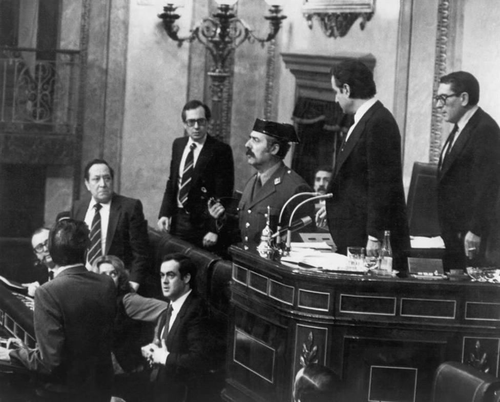 Antonio Tejero, pistola en mano, en el Congreso de los Diputados el 23-F