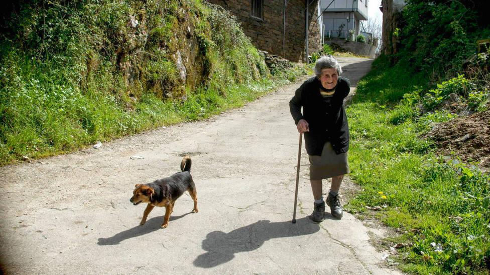 mujer mayor en un pequeño pueblo