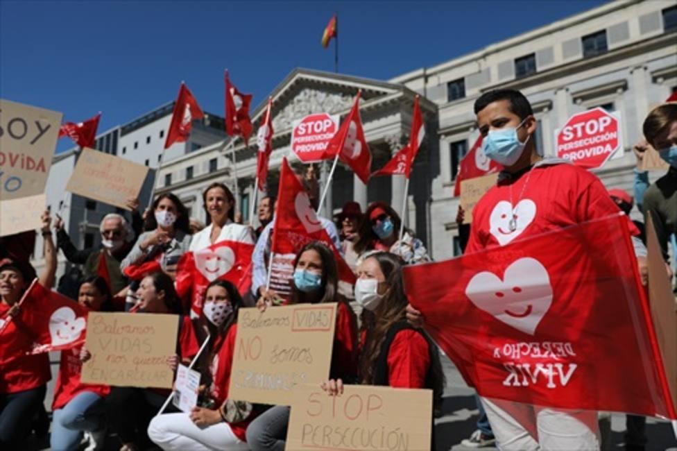 El Congreso se abre a castigar con cárcel a los jóvenes que acuden a rezar frente a las clínicas abortistas