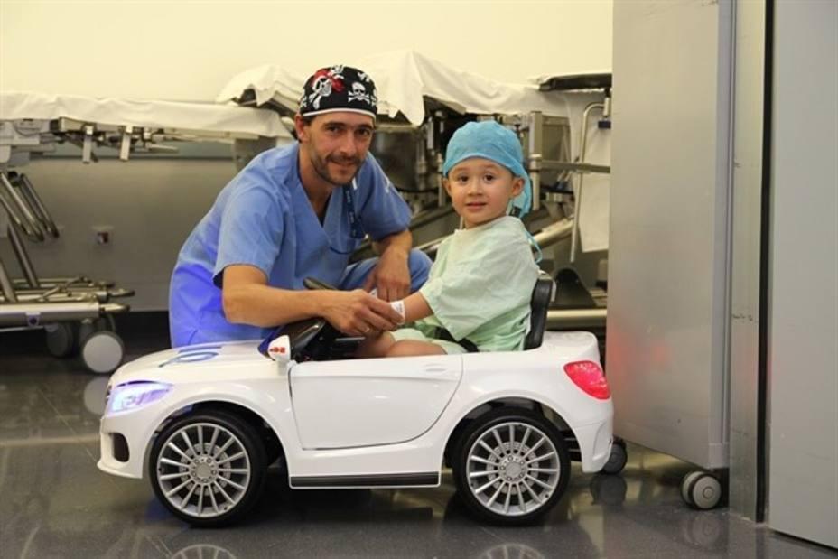 En coche al quirófano, la iniciativa de una clínica para reducir el estrés de los niños