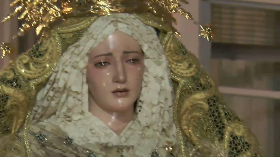 Primer plano de la Virgen de la Esperanza procesionando por Ferrol