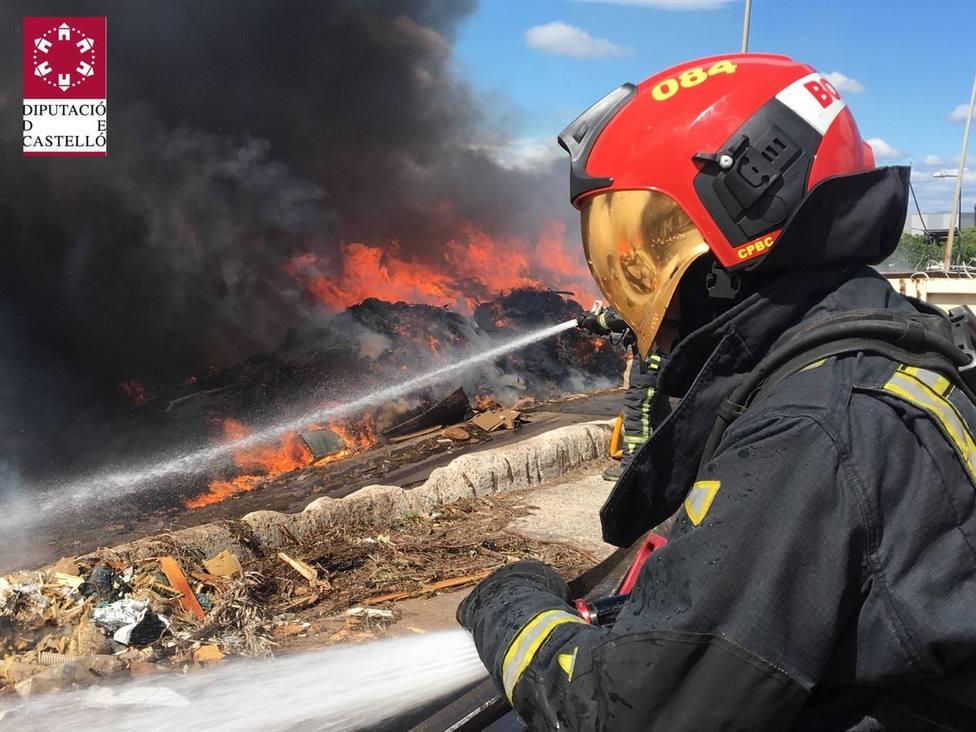 Controlado el incendio en el almacén exterior de una planta de reciclaje de Almassora (Castellón)