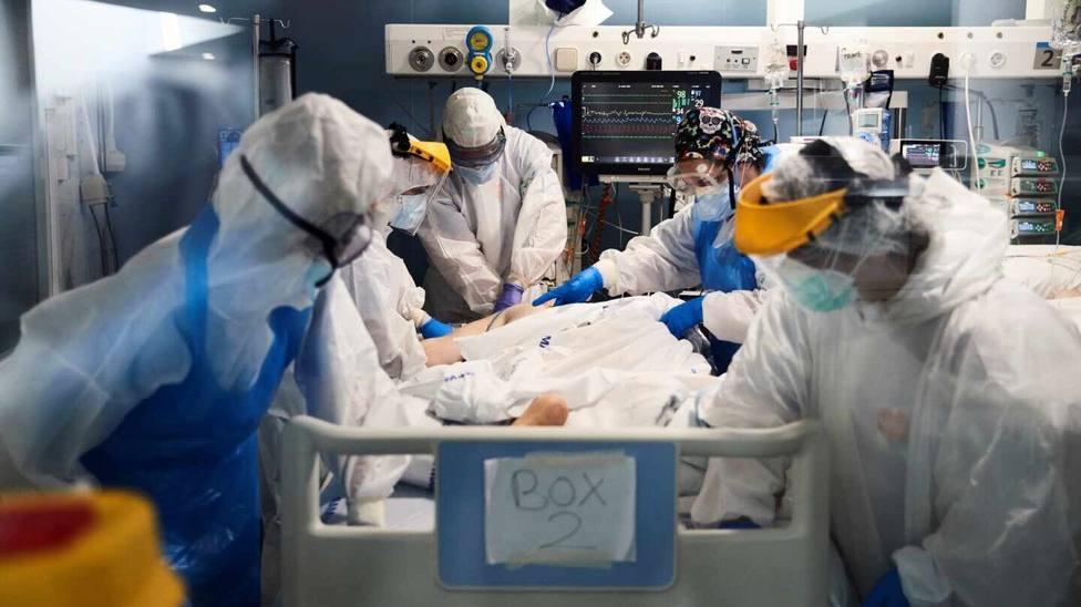 Sanitarios atendiendo a un enfermo de COVID-19 en una UCI. Foto: Alejandro García / EFE