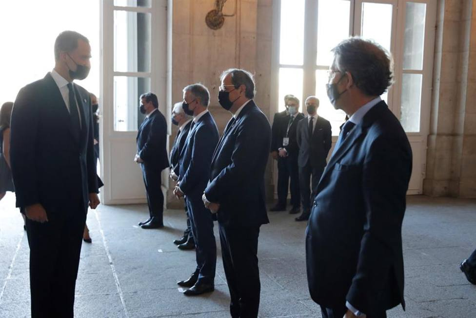 El rey Felipe VI saluda a los presidentes del Gobierno Vasco Iñigo Urkullu, Generalitat de Cataluña, Quim Torr