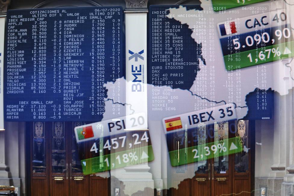 Pantallas en el interior del Palacio de la Bolsa, en Madrid