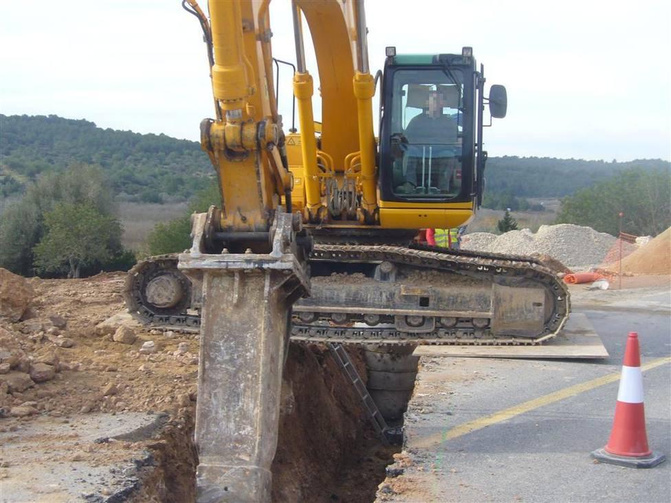 Foto de archivo de una excavadora trabajando en una zanja - FOTO: Trans-Caz
