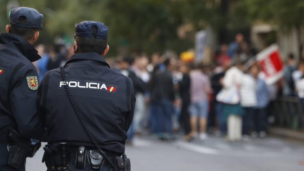 Unos jóvenes apedrean a la Policía en Melilla tras ser disueltos por quebrantar el toque de queda