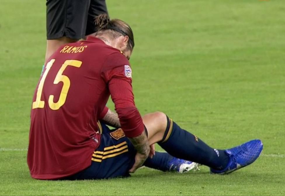 Sergio Ramos se retira antes del descanso por una molestia en el bíceps femoral
