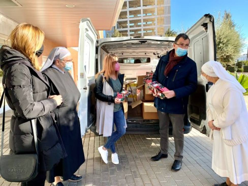 Regalos de Reyes para las Hermanitas de Los Pobres gracias a la rifa solidaria de la librería murciana Folder