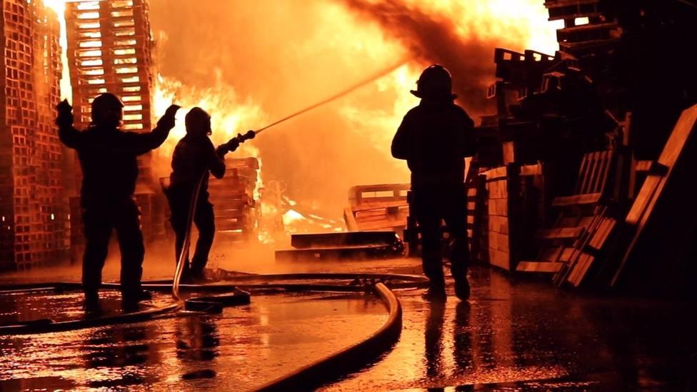 Imagen de archivo de los bomberos del Ayuntamiento de Alicante extinguiendo un incendio