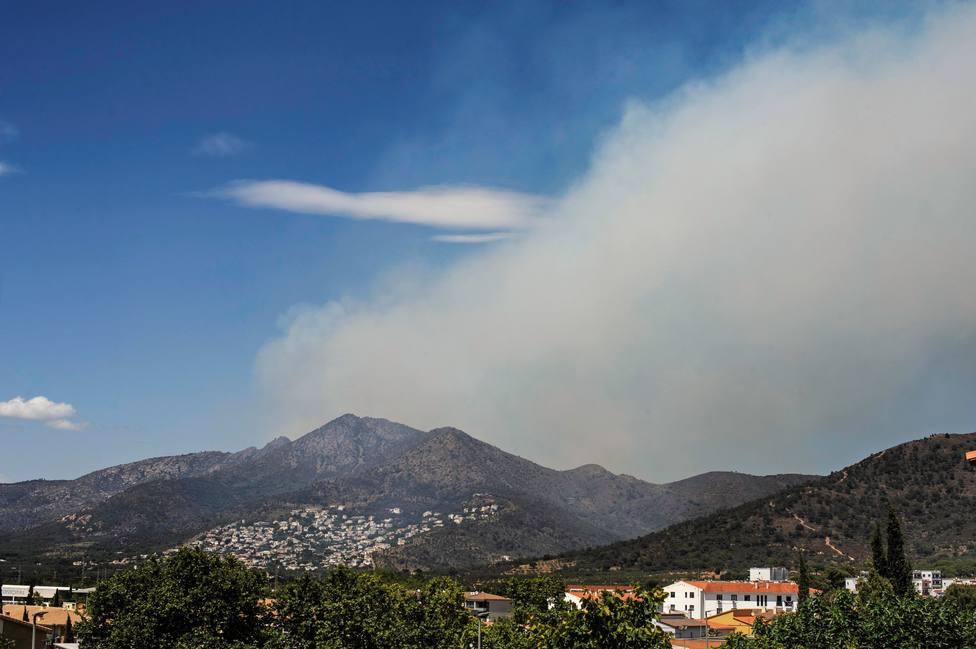 El incendio forestal de Llançà obliga a desalojar tres urbanizaciones