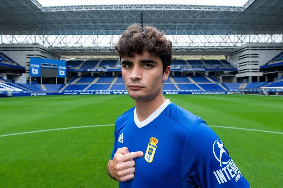 Javi Mier con la camiseta del Oviedo