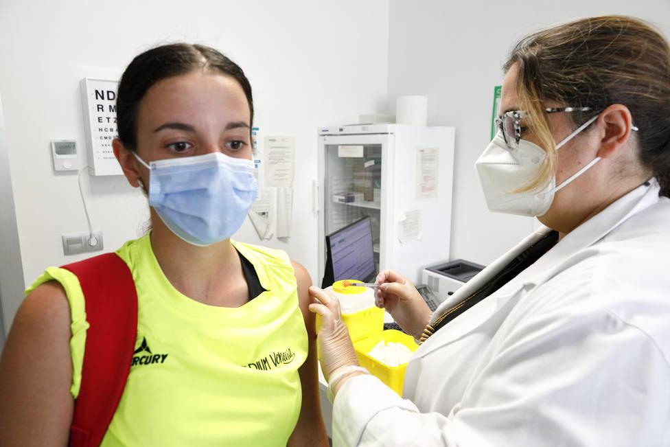 Vacunación COVID. Coronavirus. Sanitarios. Jóvenes