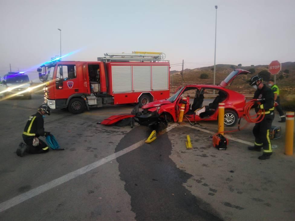 Servicios de emergencia rescatan, atienden y trasladan al hospital a un herido en accidente de tráfico