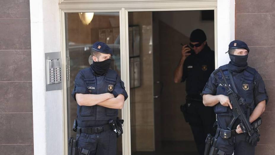Finaliza el registro de la vivienda del asaltante a la comisaría de Cornellà