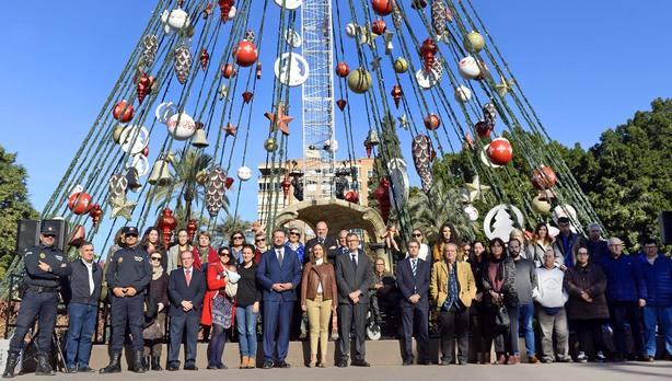 Arranca los días solidarios en el árbol de Navidad