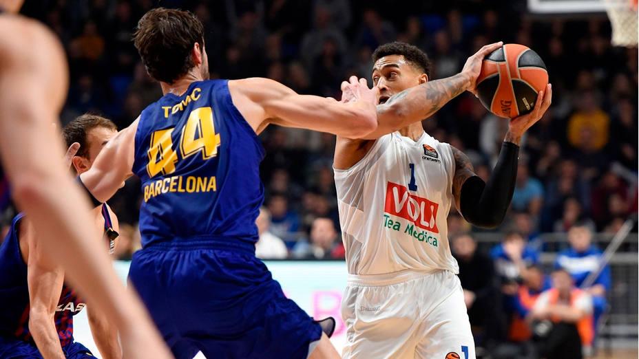 Ante Tomic intenta interceptar un pase ante el Budcnost (Euroleague.net)