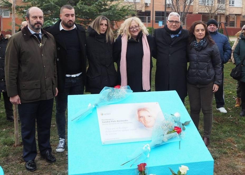 Los padres de Sandra Palo descubren una placa en recuerdo a su hija en el parque Castilla-La Mancha de Getafe (Madrid)
