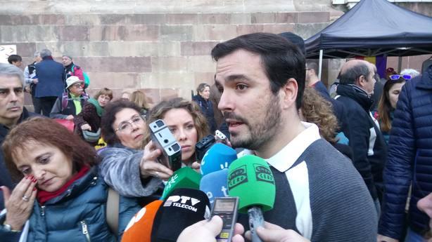 Garzón (IU) ve bien una tercera persona en las negociaciones entre Sánchez y Torra, se llame relator o notario