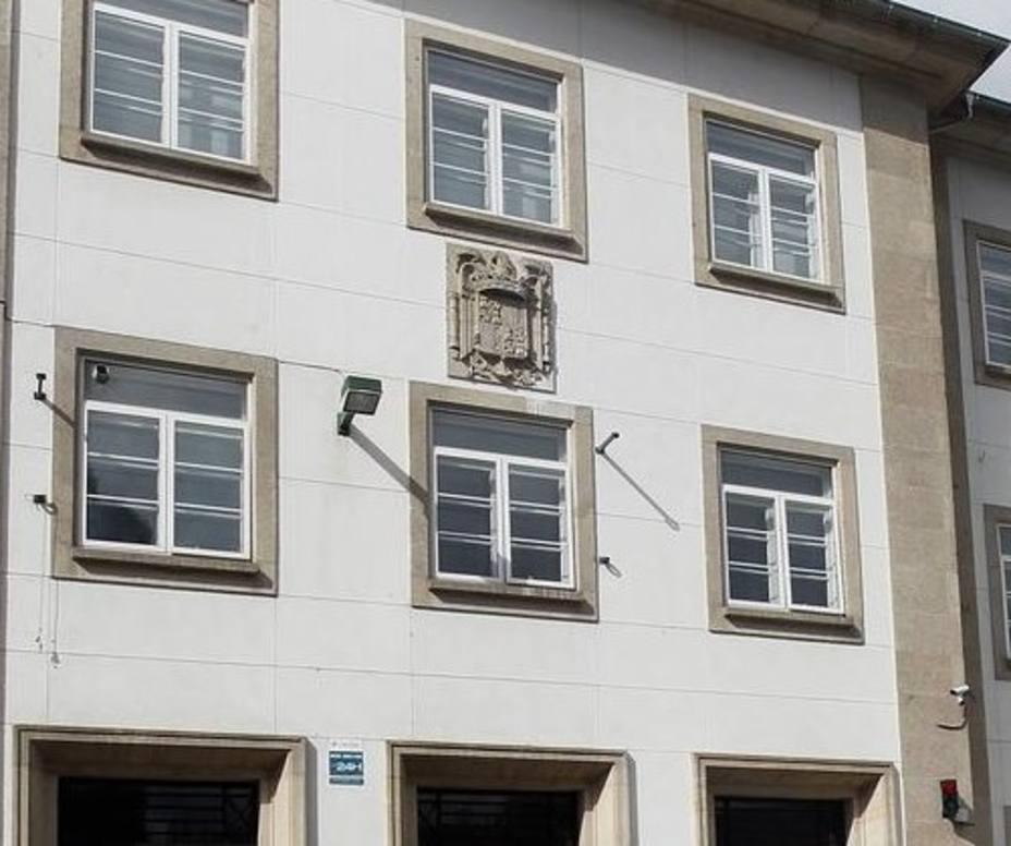 El Ayuntamiento inicia un nuevo expediente contra la Xuntaque obligará a destapar otro escudo franquista