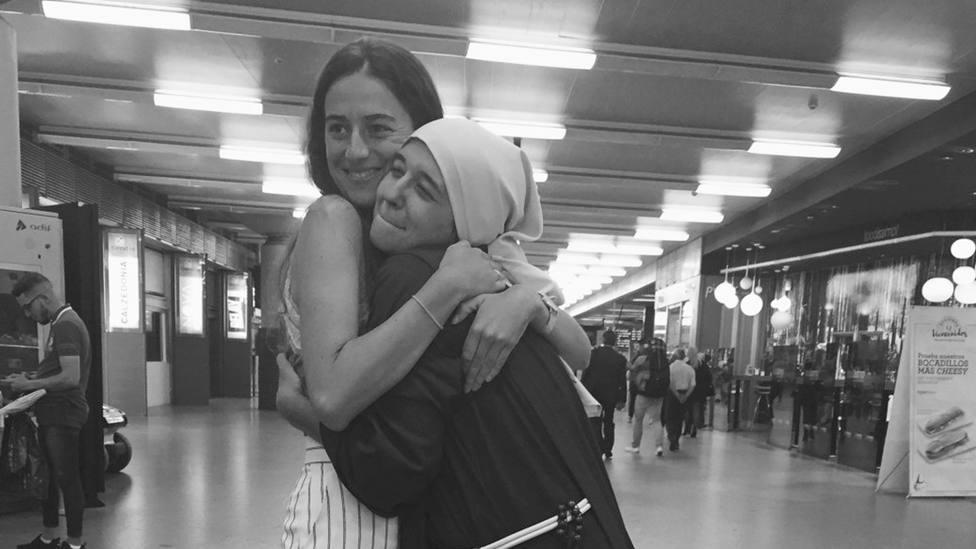 Beatriz abraza a Martina a su llegada de Colombia