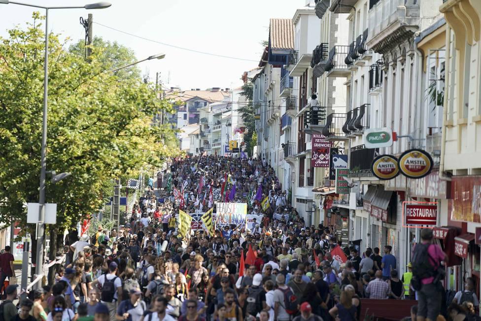 Miles de personas se manifiestan entre Hendaya e Irún contra la cumbre del G7, sin que se produzcan incidentes