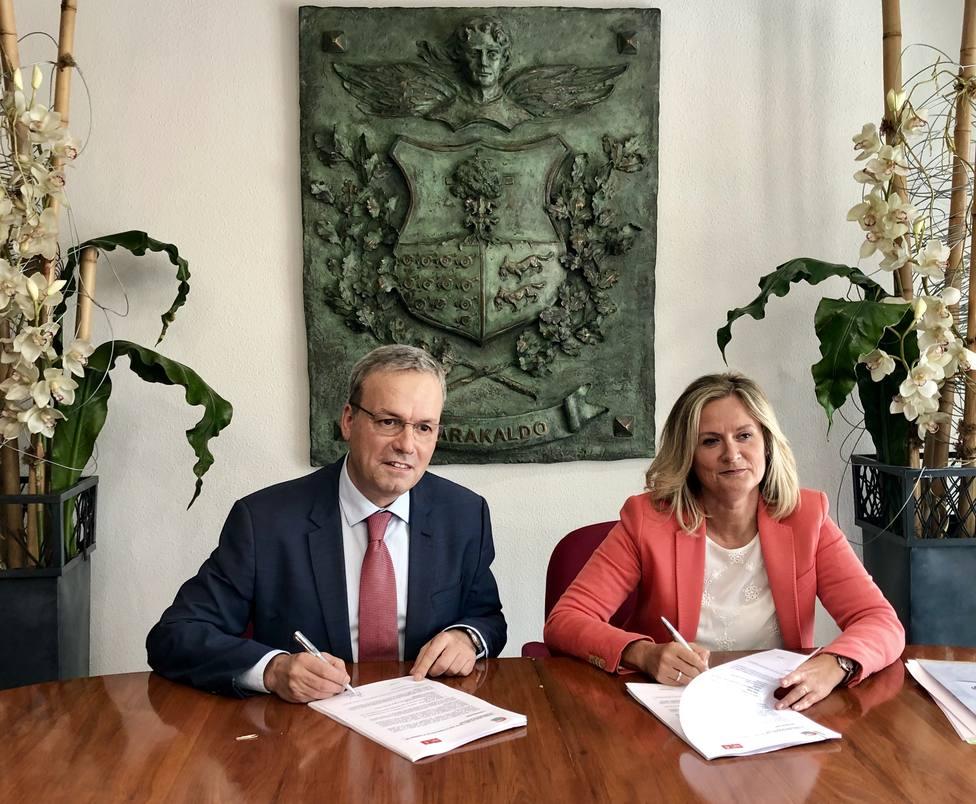 La alcaldesa, Amaia del Campo, y el portavoz del PSE, Alfredo Retortillo, firman el acuerdo de gobierno en Bar