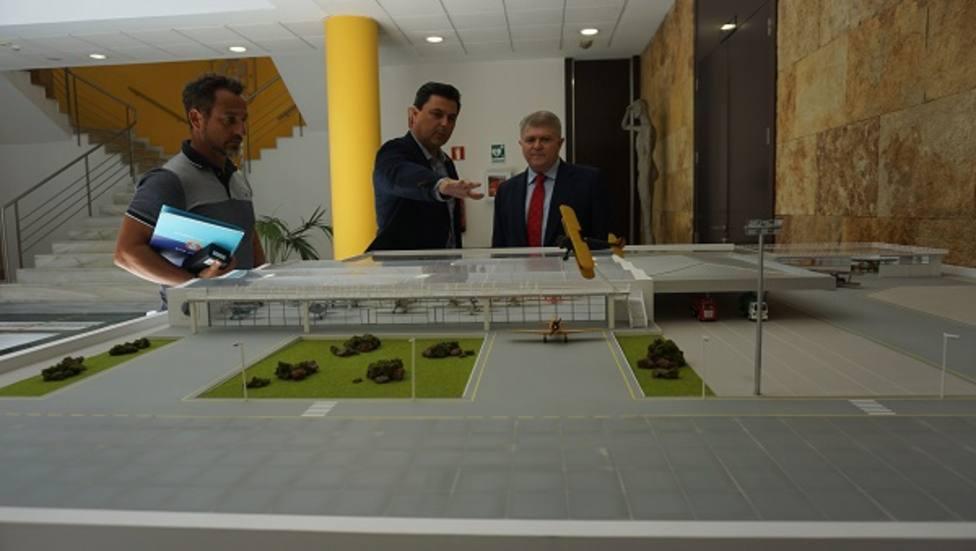 El delegado del Gobierno junto al Alcalde de San Javier en su visita al municipio