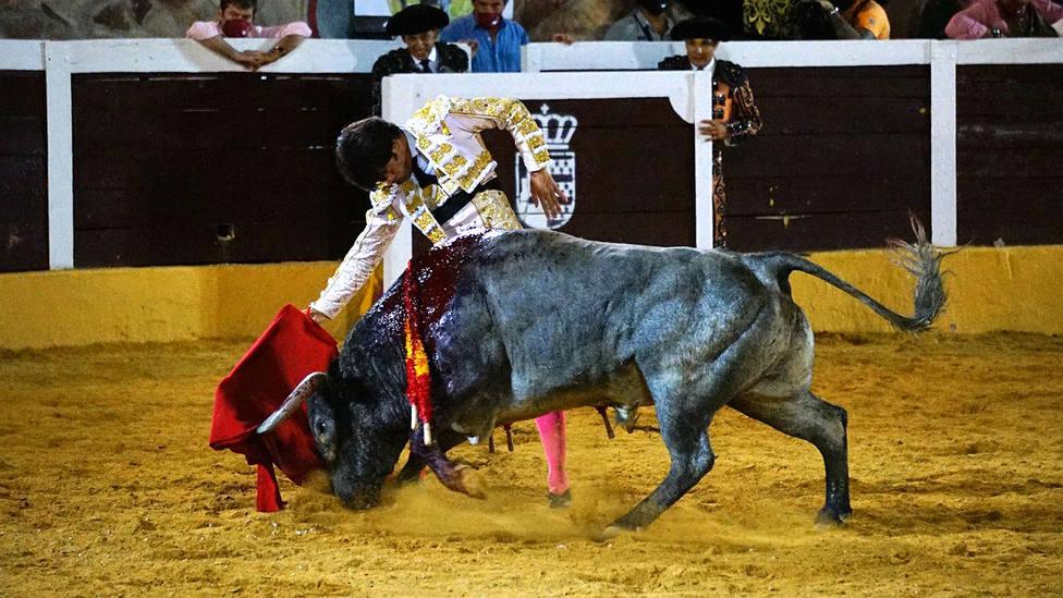 Derechazo de José Garrido al quinto toro de Victorino Martín en Herrera del Duque