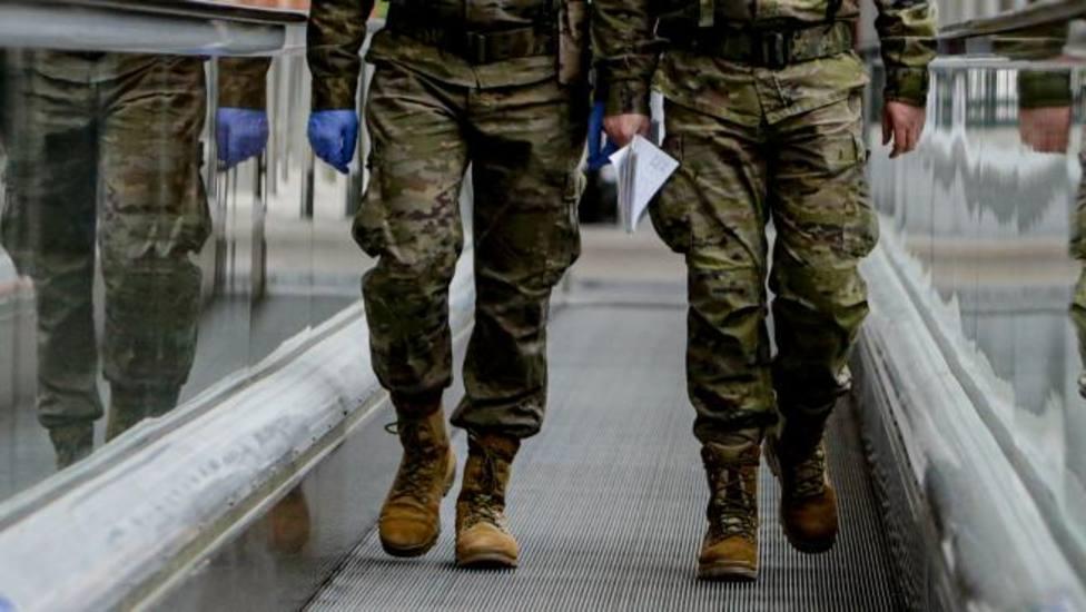 Dos militares caminando en una imagen de archivo