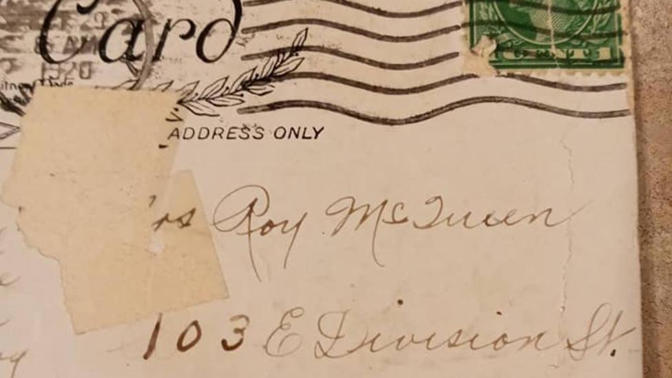 Una postal llega a su destino un siglo después de que fuera enviada