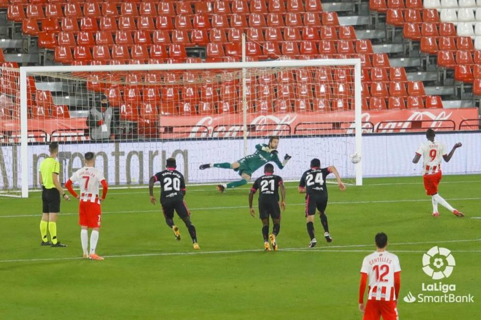 Umar Sadiq marca el 2-0 de penalti (LALIGA)
