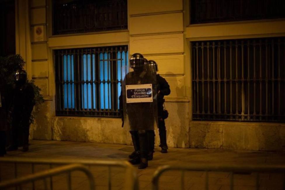 Agentes antidisturbios de los Mossos dEsquadra durante una manifestación contra el encarcelamiento de Hasel