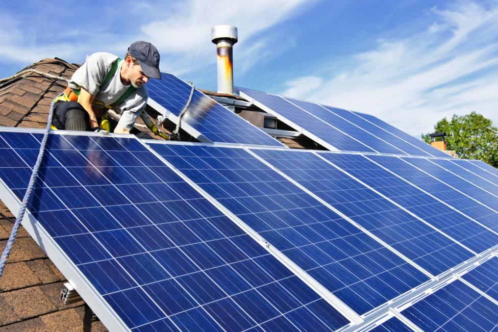 Instalación de una placa fotovoltaica en el tejado de un edificio