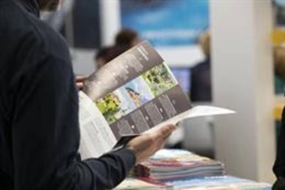 Una persona lee un folleto en el B-Travel
