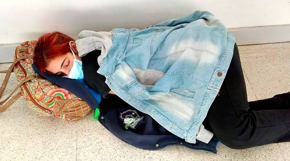 La joven fallecida acostada en el suelo del hospital