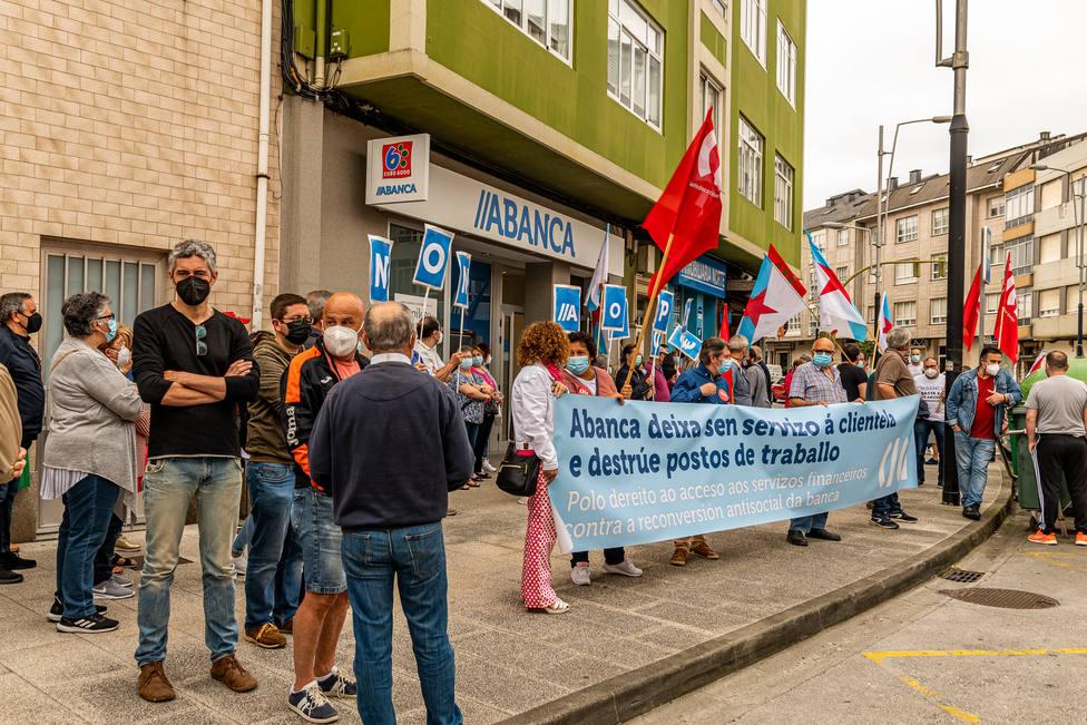 Iván Rivas participó en la movilización en contra del cierre de la oficina de Abanca en Catabois. FOTO: BNG