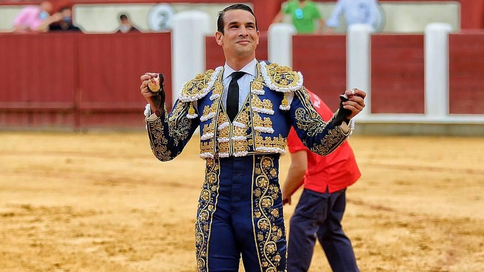 José María Manzanares con dos de las tres orejas cortadas este sábado en Valladolid