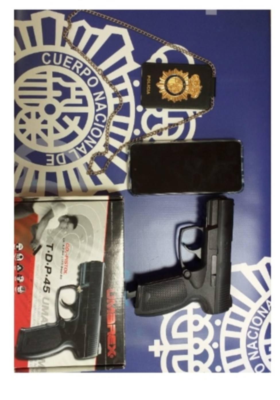 Placa y pistola falsas intervenidas por la Policía Nacional