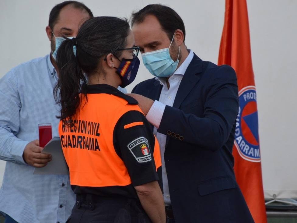 El alcalde, Diosdado Soto, condecora a una voluntaria de Protección Civil