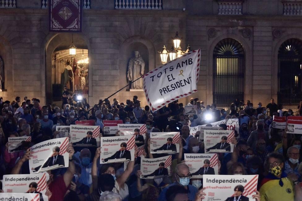 La plaza Sant Jaume de Barcelona se llena de manifestantes en apoyo a Puigdemont