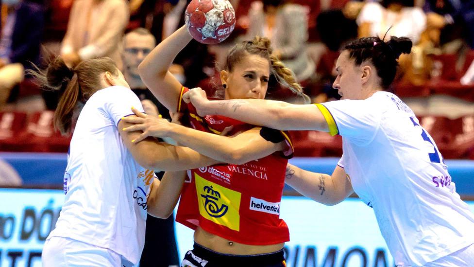 Carmen Campos, jugadora de la selección española de balonmano, en el partido ante Eslovaquia. EFE