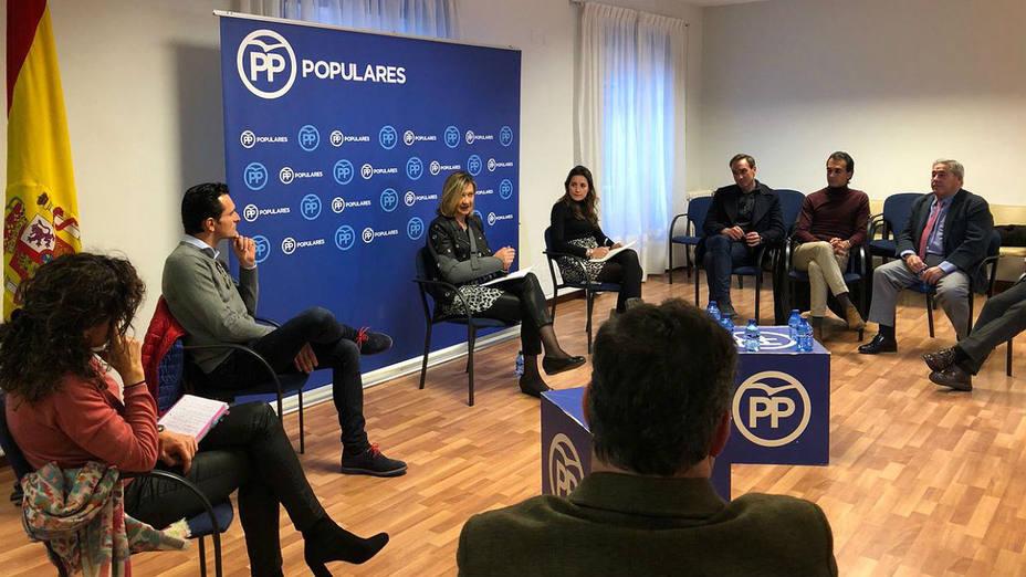 La candidata popular Pilar del Olmo durante su reunión con representantes del mundo del toro