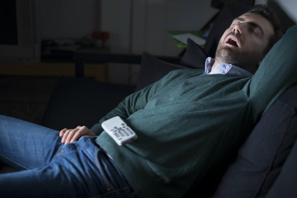 Un estudio afirma que dormir con la luz y el televisor encendido engorda