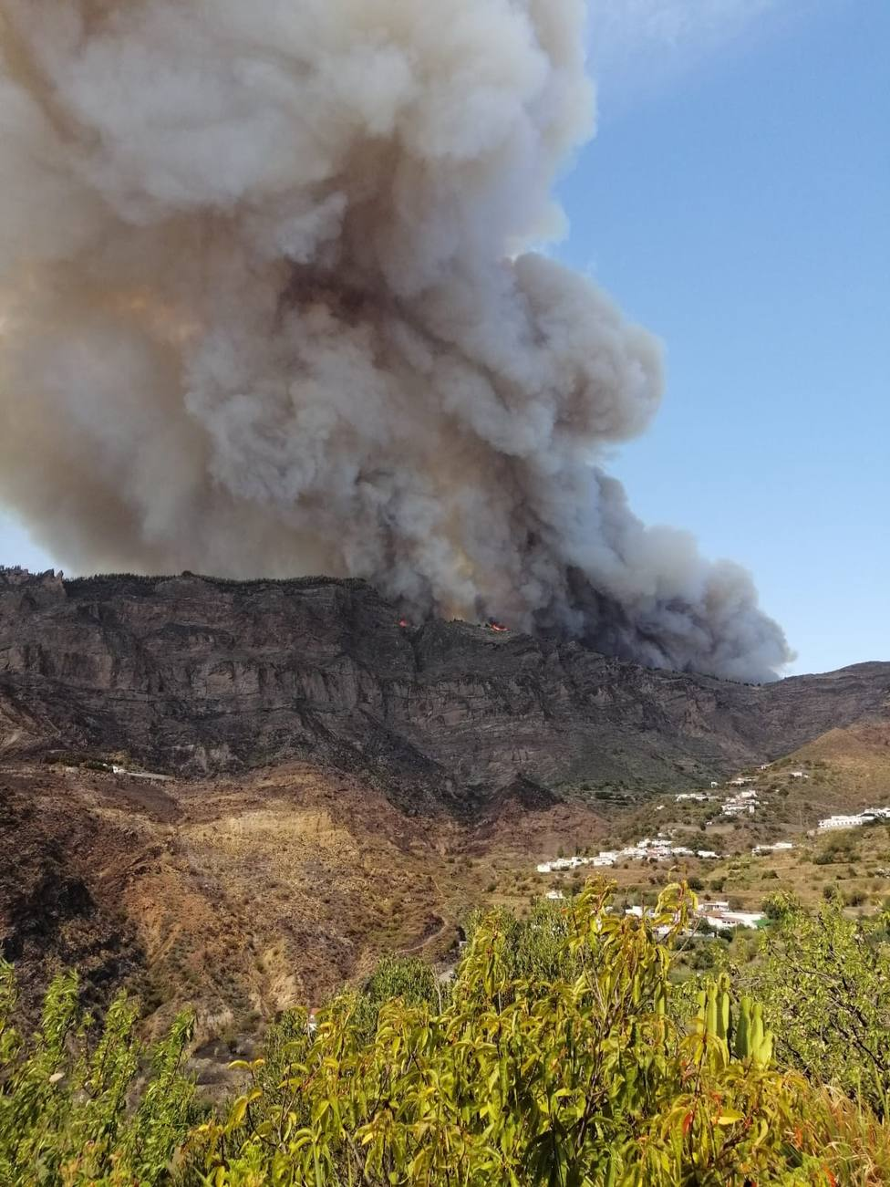 Ordenan la evacuación del casco de Tejeda (Gran Canaria) por el incendio