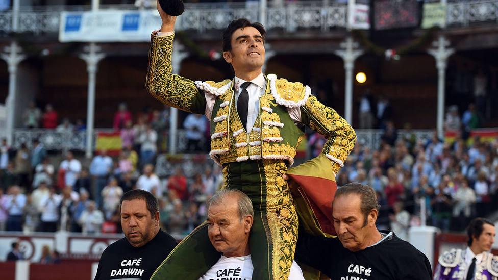 Miguel Ángel Perera en su salida a hombros este domingo en la plaza de toros de Gijón