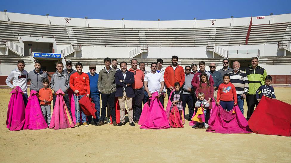 Miguel Briones Artacho, junto a los miembros de la Escuela Taurina Curro Guillén de Utrera
