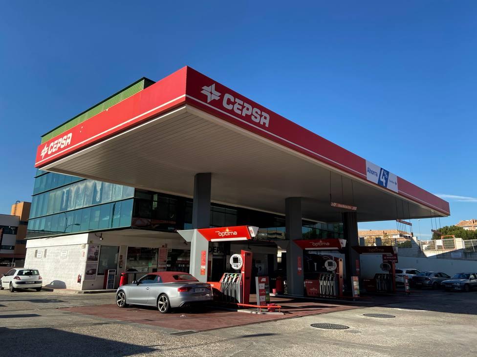 El precio de los carburantes se abarata hasta un 4,6% en la semana y cae a mínimos de 2017