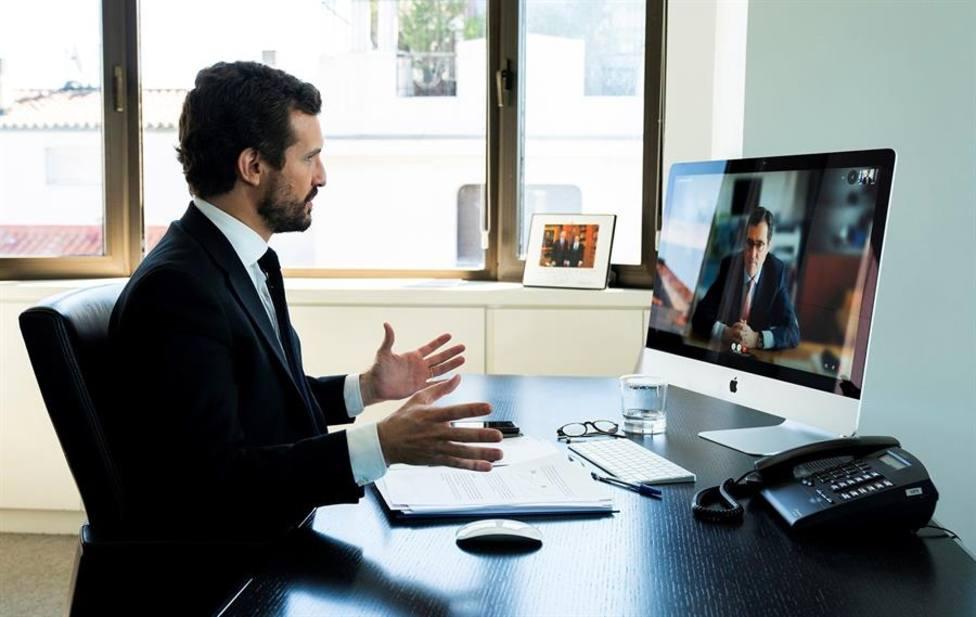 Pablo Casado hablando con el presidente de los empresarios españoles por videoconferencia