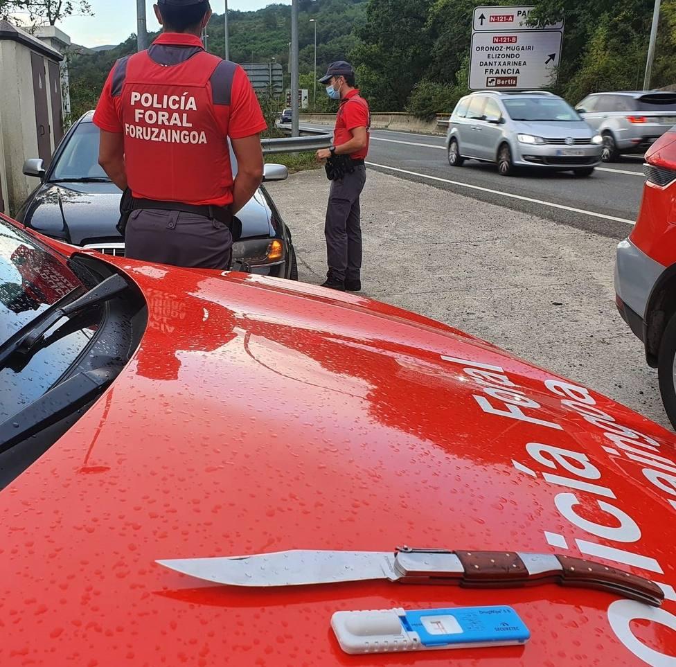 Denunciado un conductor por positivo en cocaína y portar una navaja y un palo de madera de un metro en Oronoz